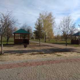 У міському парку Нетішина невідомі пошкодили альтанки