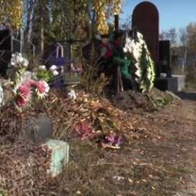 Комунальникам заборонено впорядковувати чужі могили