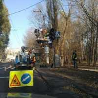 На вулиці Проскурівського підпілля змінюють старий світлофор на сучасний світлоліодний