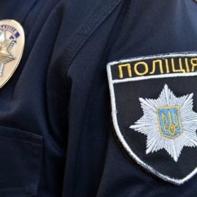 Хмельницький суд взяв під нічний арешт підозрюваного у нападі на поліцейського