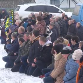 На Хмельниччині на колінах провели в останню путь загиблого на Донбасі військового