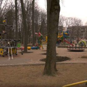 Сучасний дитячий майданчик у Хмельницькому досі не здали в експлуатацію