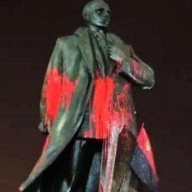 Облитий фарбою пам'ятник Бандері