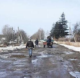 На Хмельниччині селяни самотужки ремонтують дорогу