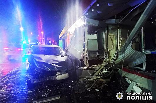 На водія, який врізався у кіоски поблизу зупинки, склали три протоколи.