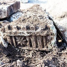 В Сатанові під час демонтажу старої опорної стіни знайшли декоровані фрагменти костелу XVII століття