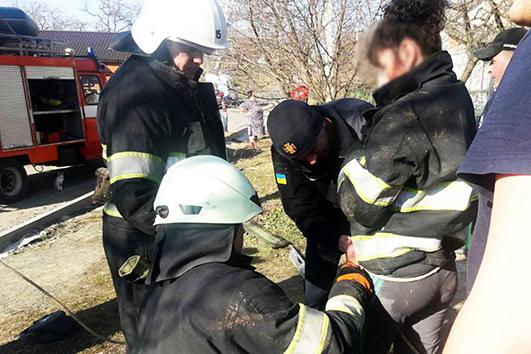 Рятувальники за допомогою мотузки спустилися на дно та витягнули спочатку дівчинку, а потім її матір.