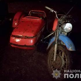 Вночі на дорозі мотоцикліст переїхав людину і втік.