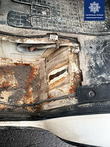 Інспектори виявили відсутність номера кузова, що може свідчити про ймовірне знищення, підробку або заміну номерів вузлів та агрегатів автомобіля