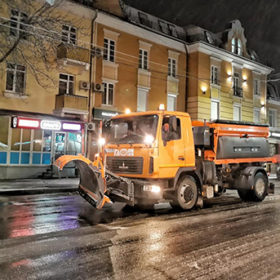 Снігоприбиральну техніку на вулиці міста випустили на годину пізніше, ніж було потрібно.