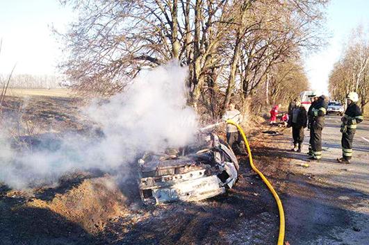 В результаті ДТП автомобіль перекинувся та загорівся.