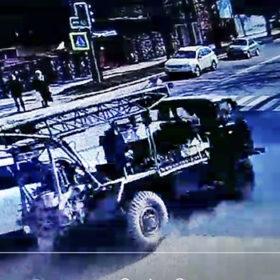 На перехресті у Хмельницькому вантажівка врізалася у легковик