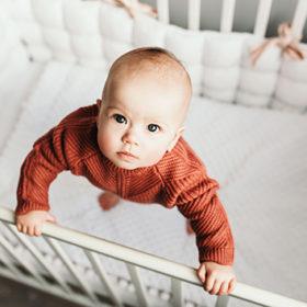 немовля у ліжку