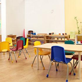 порожні столики у дитячому садку