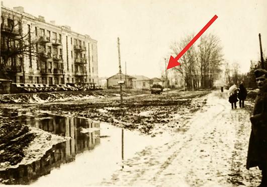 Глинобитний дім на вулиці Шевченка, 34 зведений ще на початку XX століття. Його можна побачити на фото часів Другої світової війни.