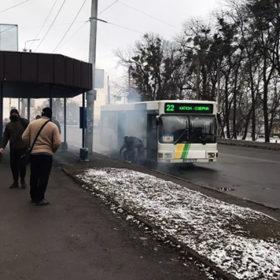 На зупинці задимівся автобус