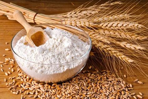 пшениця та борошно на столі