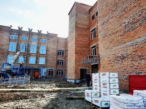 Планується, що школу забудовник має здати «під ключ» до кінця 2021 року.