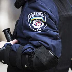 У Нетішині патрульні побили чоловіка на очах у дружини та доньки