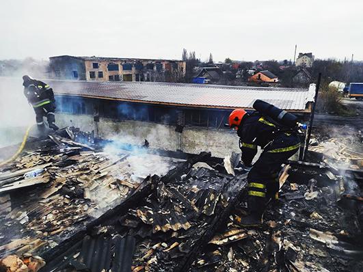 Перш ніж розпочати гасіння пожежі, рятувальникам довелося чекати, поки будівлю знеструмлять.