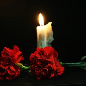 Жалобна свіча та гвоздики