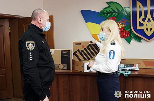 представники місії передали техніку очільнику Хмельницького районного управління поліції Василю Птащуку.