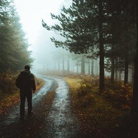 Чоловік на дорозі в тумані