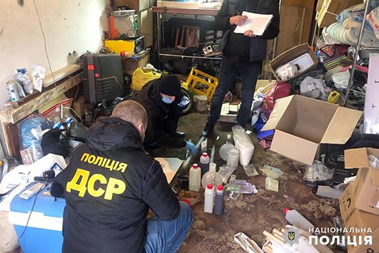 під час санкціонованого обшуку в гаражному приміщенні одного із затриманих поліцейські вилучили наркотичні речовини