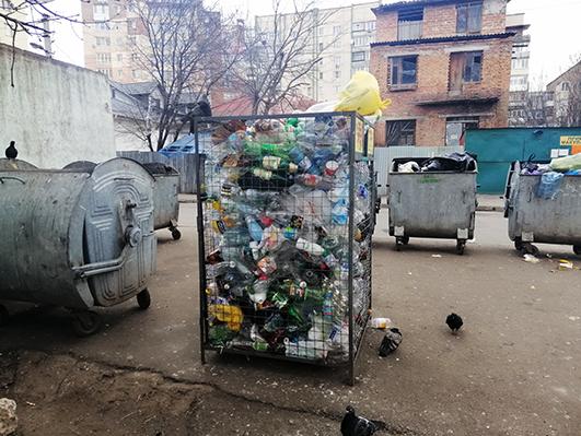 відсортований  самостійно непотріб люди мають скинути у відповідні контейнери.