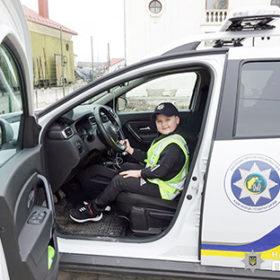 хлопчик у поліцейській машині