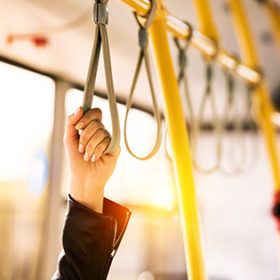рука в автобусе