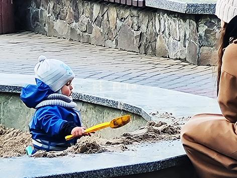 У центрі Хмельницького фонтан засипали піском (ФОТО, ВІДЕО)