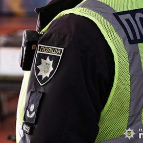 Поліцейський в жилеті з рацією