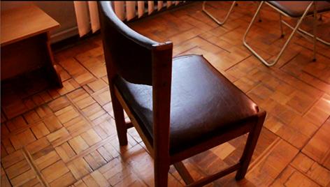 стул на паркете