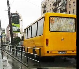 припаркований на тротуарі автобус