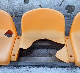 потрощені стільці на стадіоні
