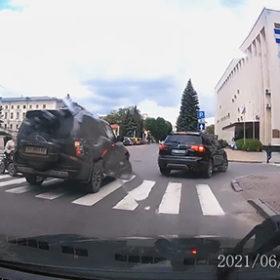 авто на перехресті