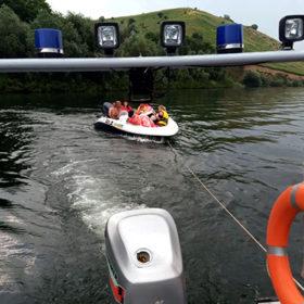 човен на буксирі