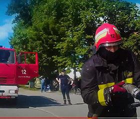 пожежники гасять займання автомобіля