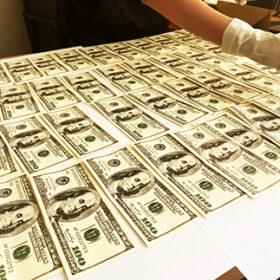долари на столі