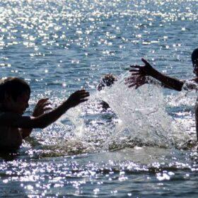 діти у воді