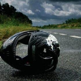 мотошлем на дороге