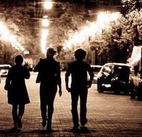 подростки на улице ночью