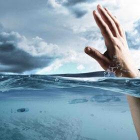 людина у воді