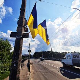 Хмельницький до свят прикрасили синьо-жовтими прапорами