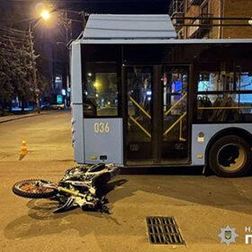 зіткнення тролейбуса та мотоцикла