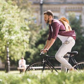 чоловік в місті на велосипеді