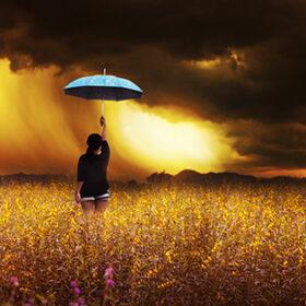 гроза в полі і людина під парасолькою