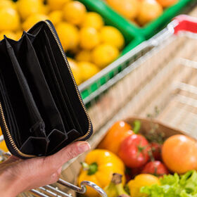 порожній гаманець та продукти