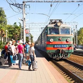 поезд и пассажиры на перроне